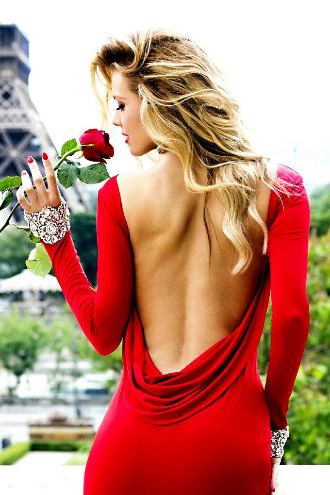 Красивая блондинка в красном платье 115