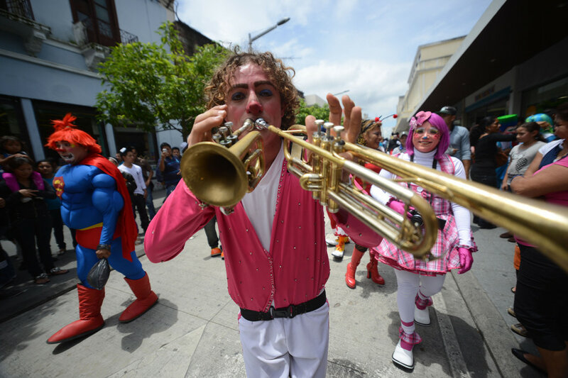 Красочный конгресс клоунов в Гватемале