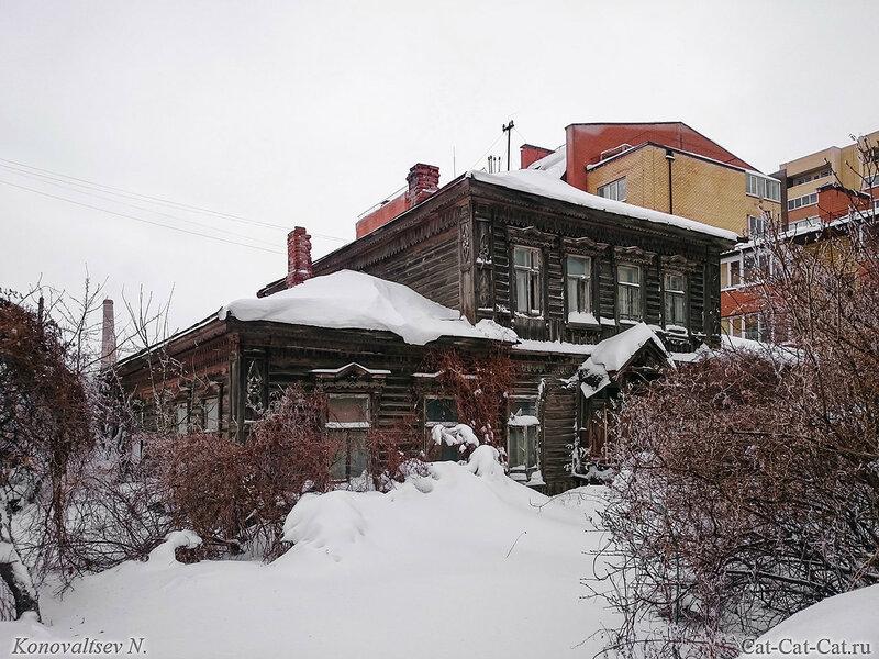 Заснеженный старинный дом