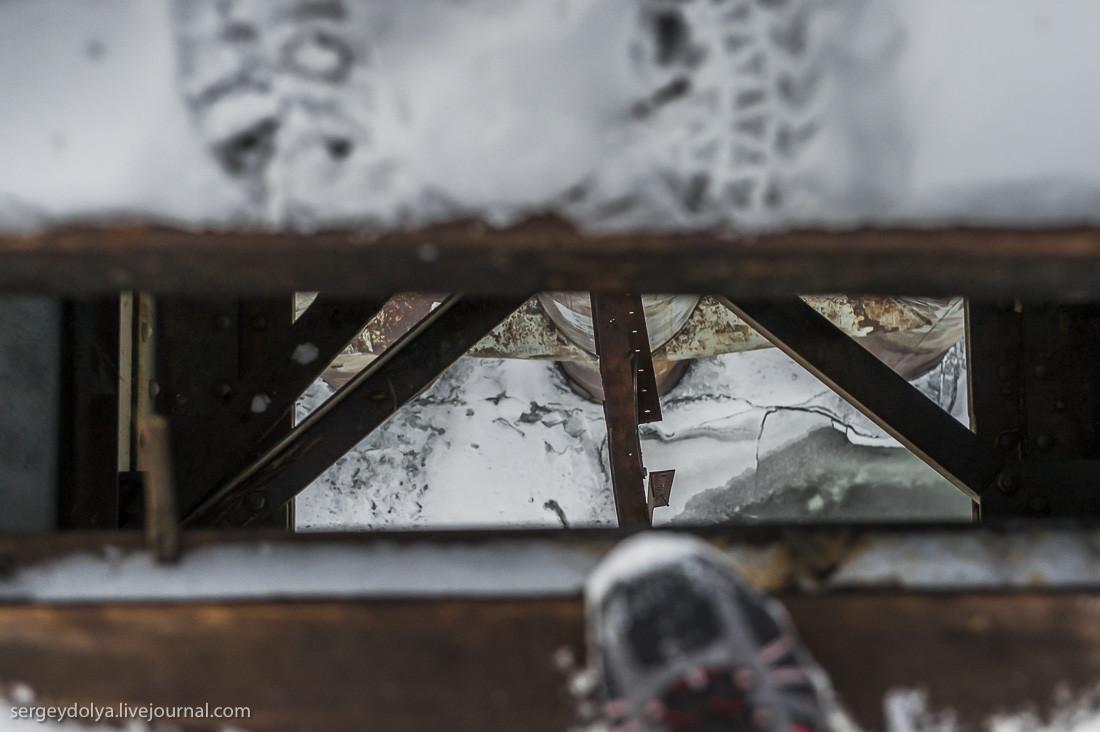 Мы взяли с собой доски и прибивали в самых опасных участках: