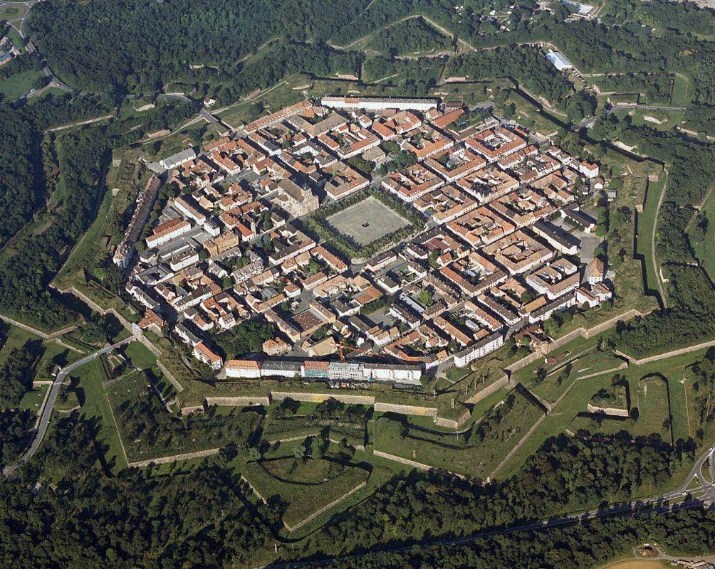 Неф-Бризах – город, имеющий восьмиугольную конфигурацию. Во всей Европе невозможно найти что-ли