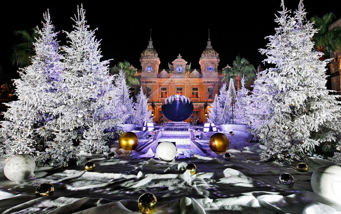Посетители на Рождественском рынке на площади Жандарменмаркт в Берлине. (Фото: Fabrizio Bensch)