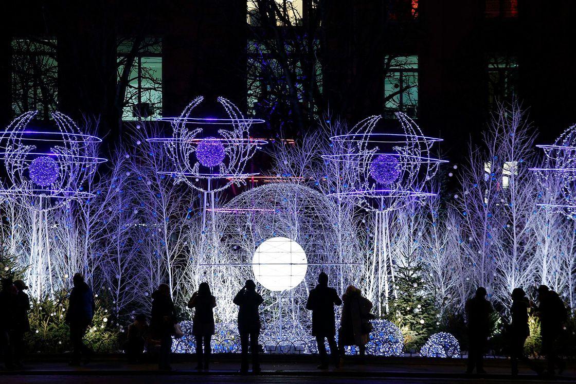 Ёлка перед Вандомской колонной в Париже. (Фото: Charles Platiau)