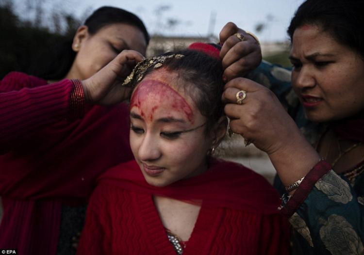После ритуала «Gufa», жизнь девочки как Кумари прекращается, она идет к близлежащей реке, распу