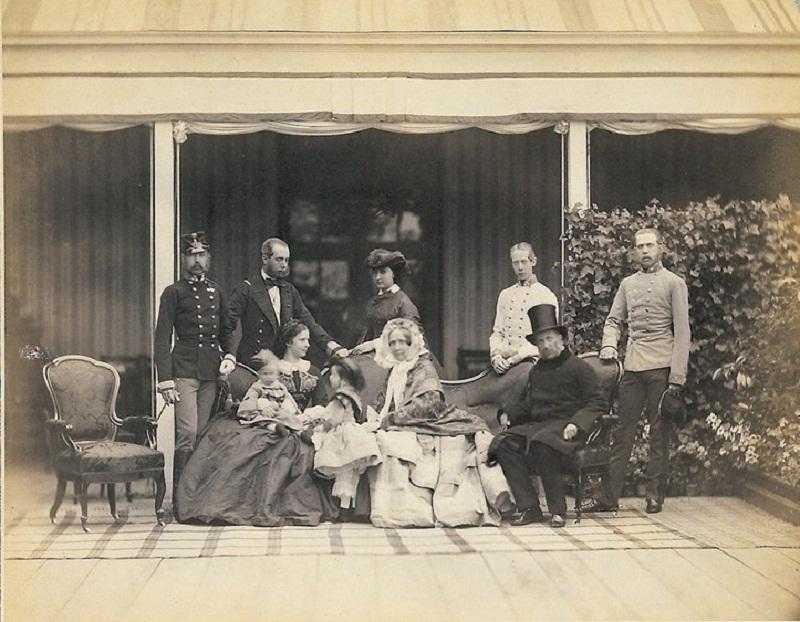 эрцгерцог Франц Карл Австрии (1802-1878) и его семья (Софи, Франц Иосиф с Элизабет, Рудольфа и Гизела, Максимилиана с Шарлоттой, Карл Людвиг, Людвиг Виктор) 1860