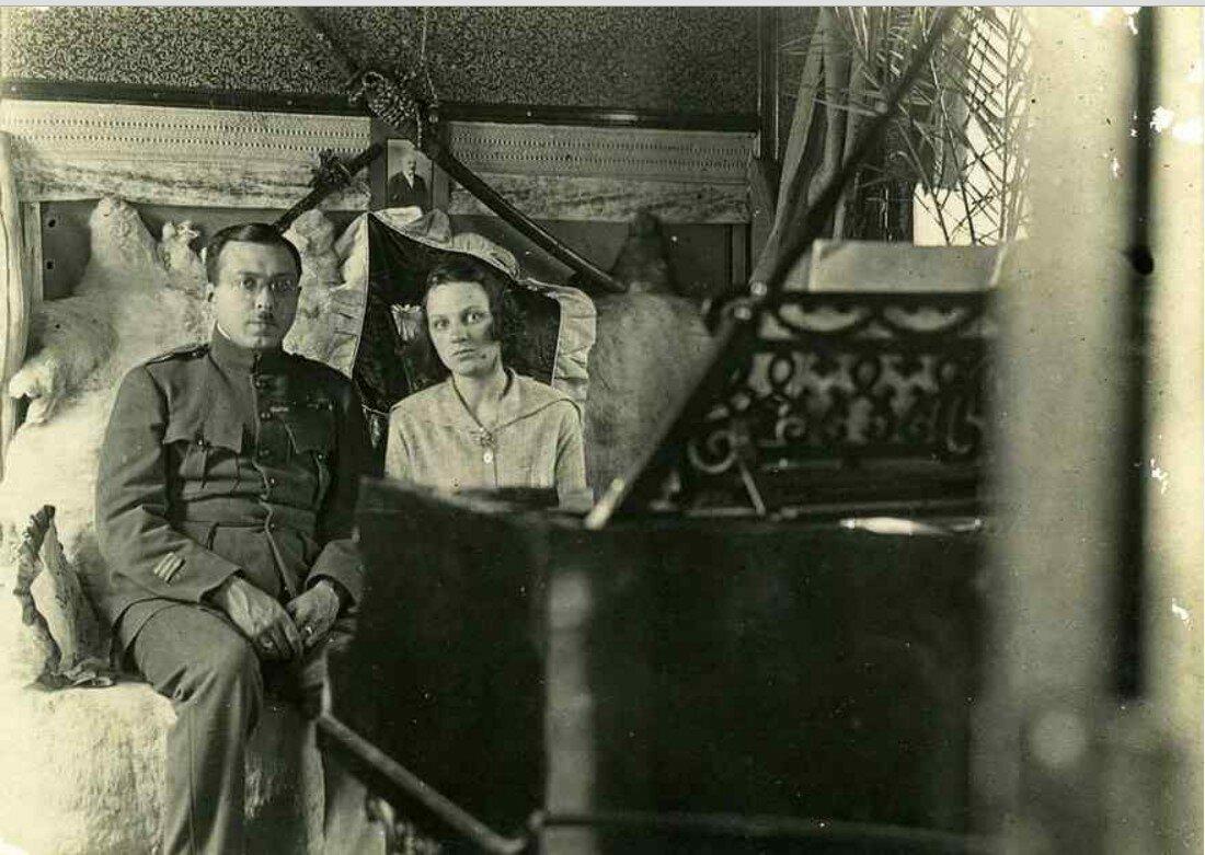 1919. Грондейс со своей женой Валентиной Гончаренко за роялем