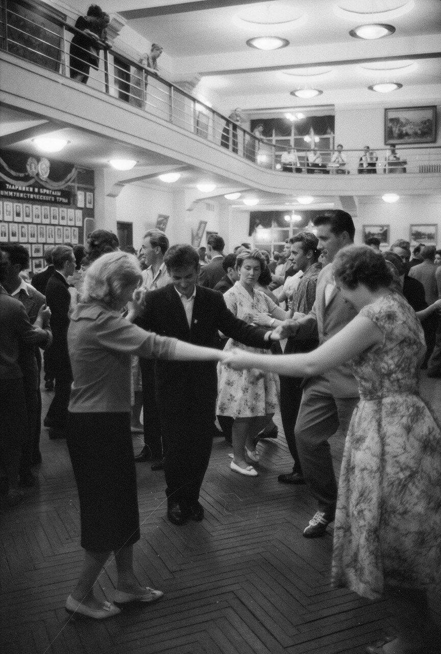Вечер в клубе. Танцы
