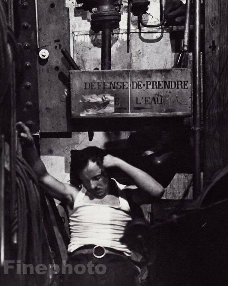 1932. «Фоли-Бержер». Спящий человек