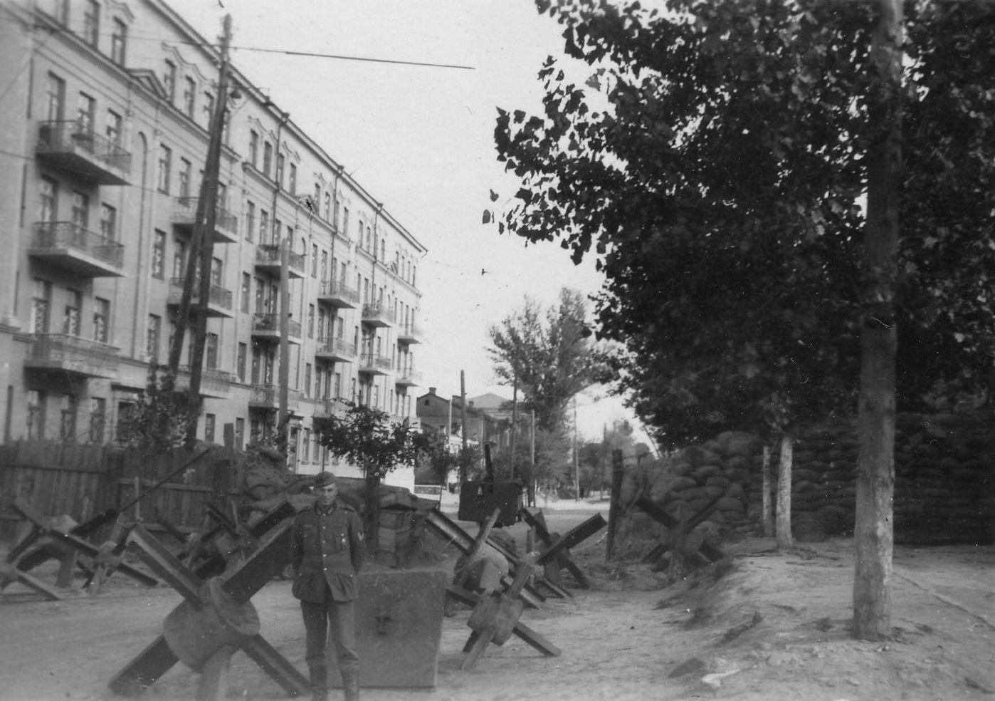 Немецкий солдат на фоне баррикады. Киев, лето 1941 года.