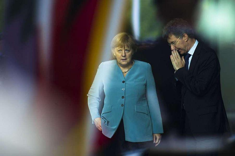 Merkel-Christoph Heusgen.png