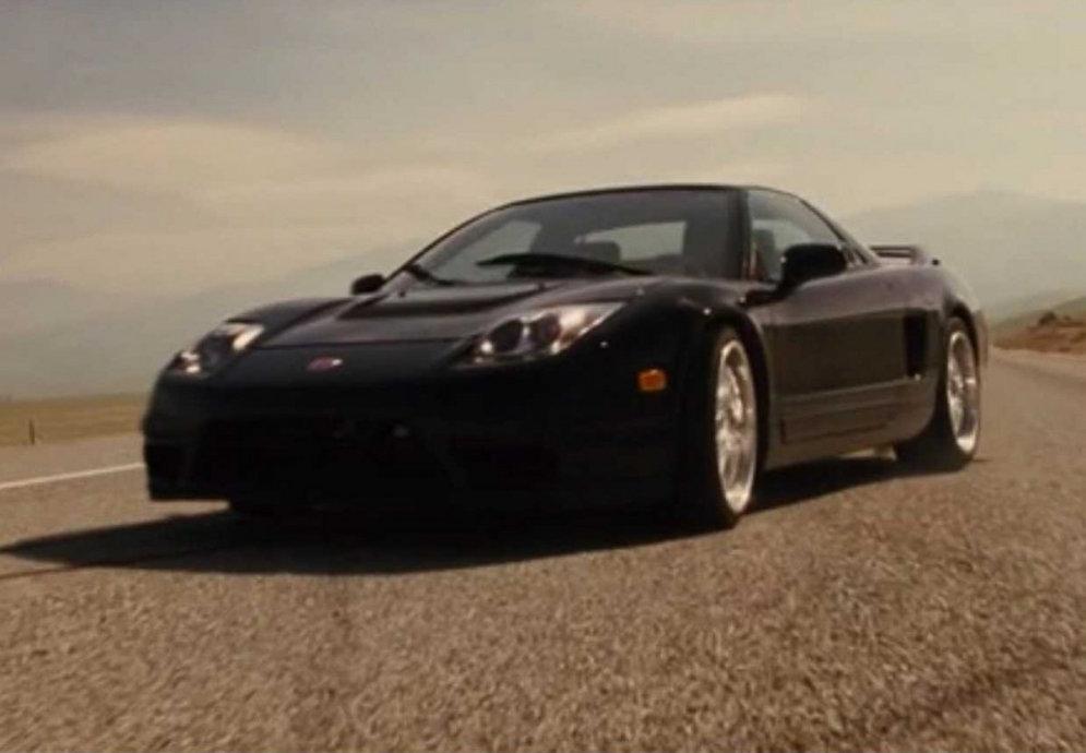 2. Этот Nissan Skyline GT-R R33 (1995-1998) появляется в первом фильме, а потом разные модели серии