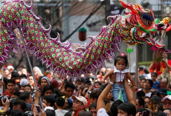 Танец льва на праздновании Китайского Нового года в китайском квартале в Маниле, Филиппины