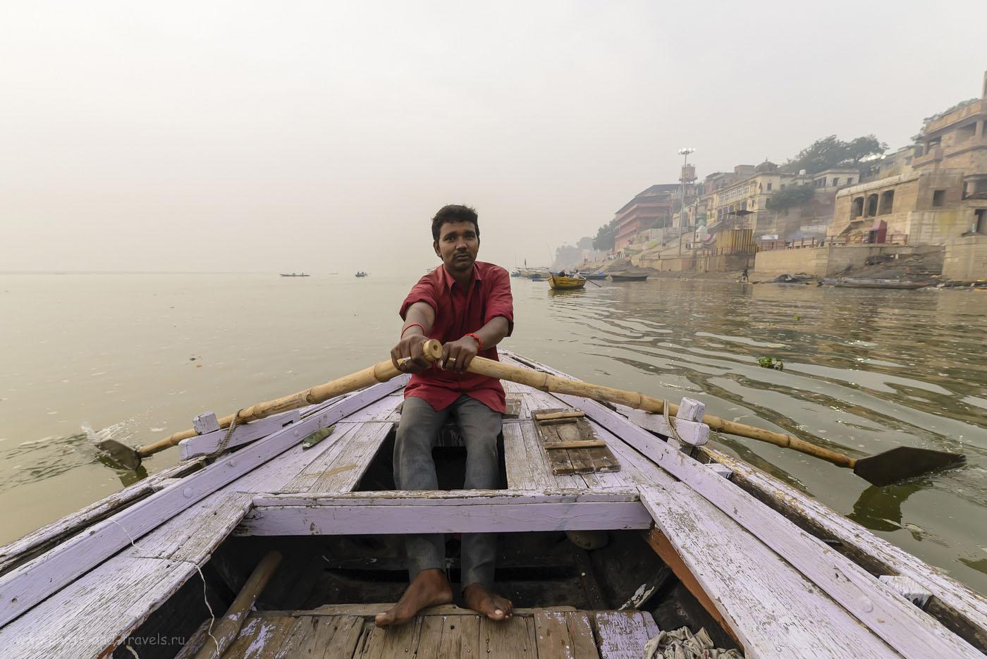 28. Наш лодочник. Отзыв об экскурсии в Варанаси. Фотоаппарат Nikon D610. Сверхширокоугольный объектив Samyang 14/2.8. Параметры съемки: 1/320, 8.0, 1250, 14.