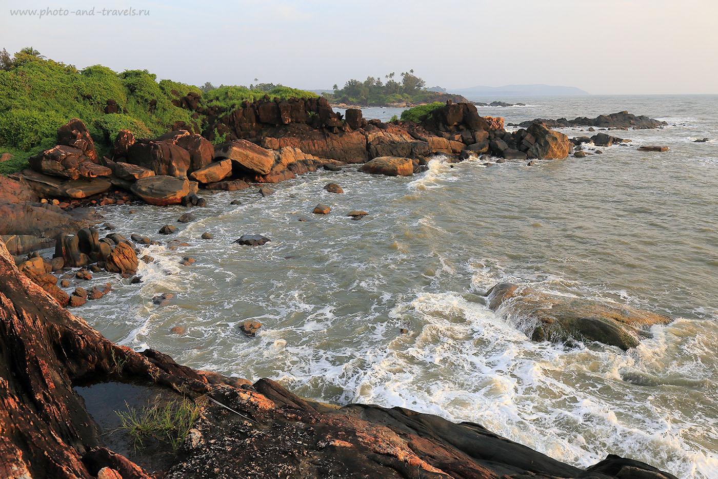 Фотография 12. Скалы, прибой, заливчик. Отдых в Южном Гоа в несезон. Рассказы опытных туристов о поездке в Индию. (24-70, 1/160, -1eV, f9, 24mm, ISO 100)