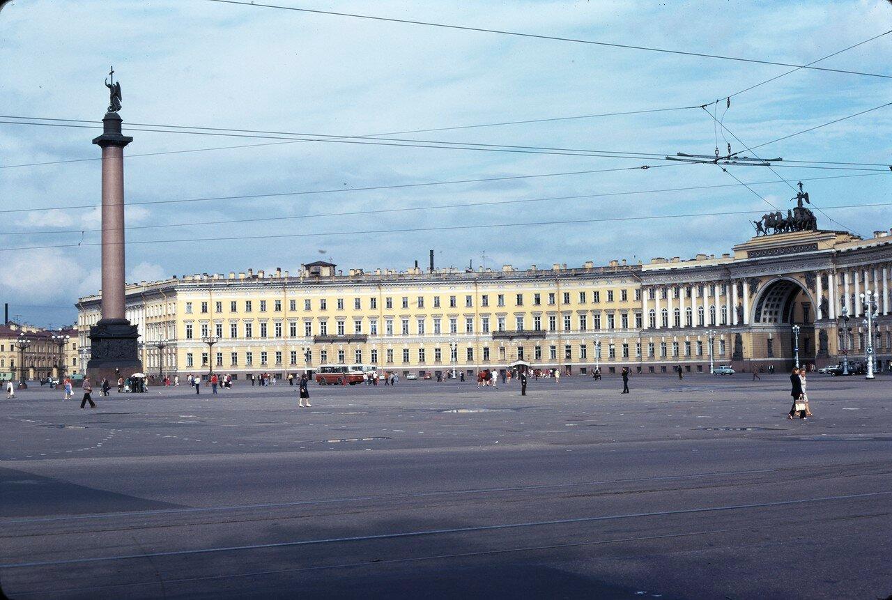 Александровская колонна, налево Главный штаб, на заднем плане Зимний дворец