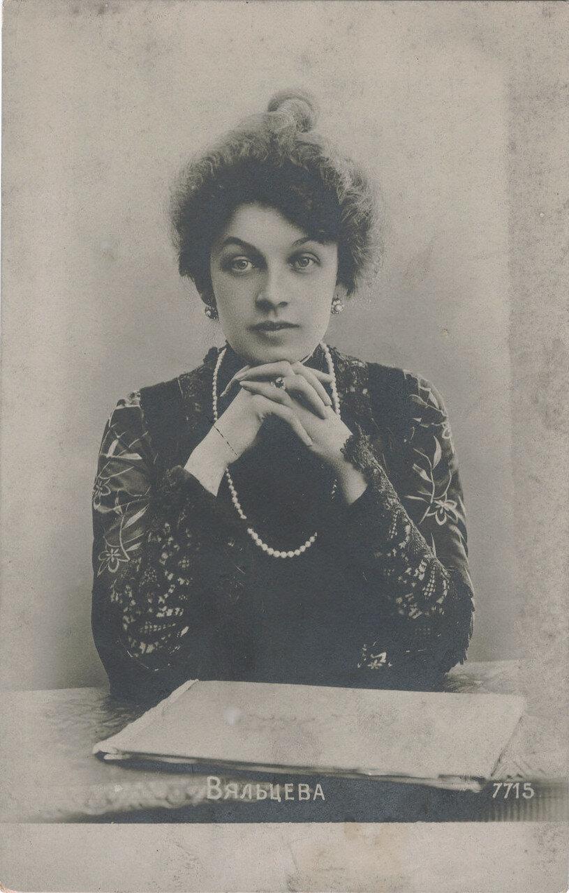 Вяльцева Анастасия Дмитриевна.  В начале 1913 года по Петербургу разнеслось известие о том, что Вяльцева заболела раком крови. Сводки о состоянии её здоровья вывешивали на газетных киосках