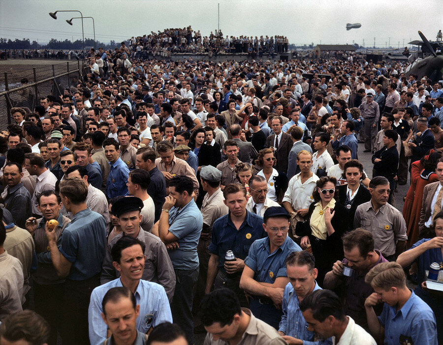 "October 1942. ""Thousands of North American Aviation employees at Inglewood, California.jpg"