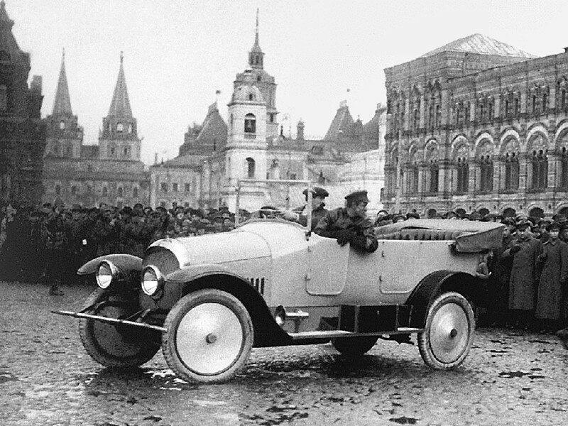 1922 в Москве проходит парад, в котором принимает участие подаренный М. И. Калинину первый произведенный в Сов. России легковой автомобиль – штабной Промбронь на базе Руссо-Балта С24-40 образца 1915 г.jpg