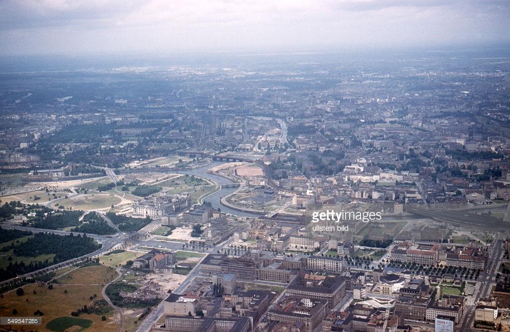 Берлин 1958с Reichstag (West Berlin), Brandenburg Gate and Unter den Linden.jpg