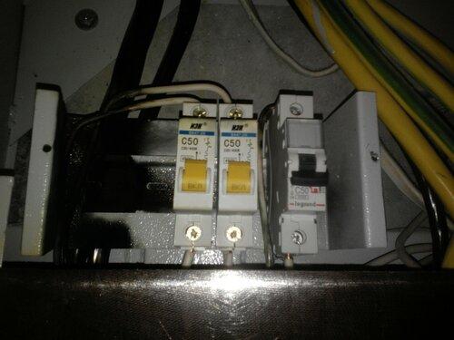 Срочный вызов электрика аварийной службы в квартиру в результате повреждения вводного автомата и межфазного замыкания в этажном щите