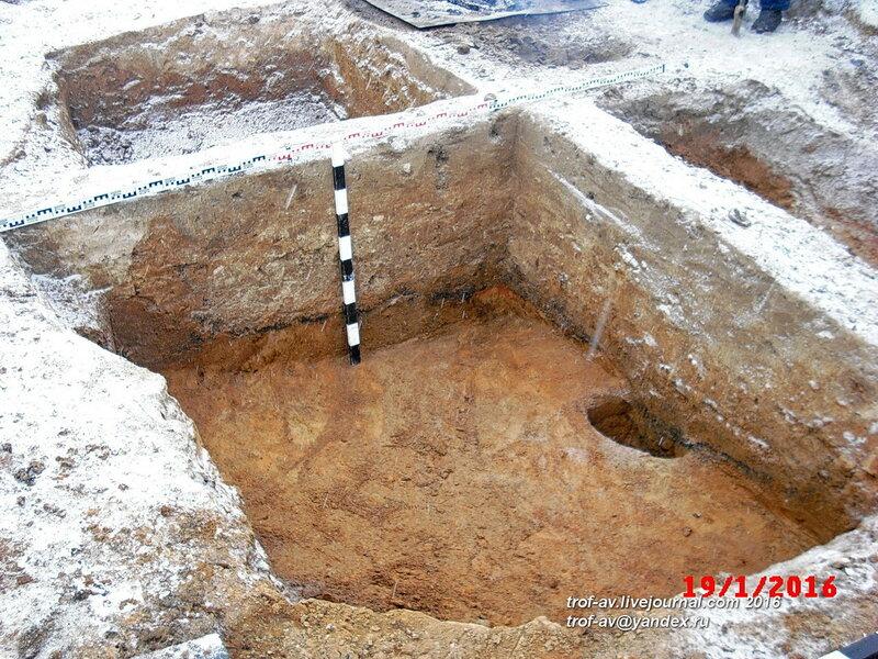 Раскоп со следами средневекового пожара, охранные раскопки в Кубинке, январь 2016