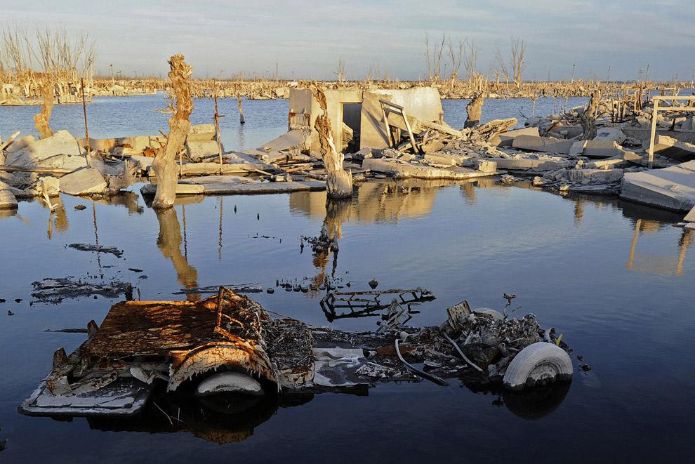16. Распятия на старом кладбище тоже провели под водой десятилетния. (Фото Juan Mabromata):