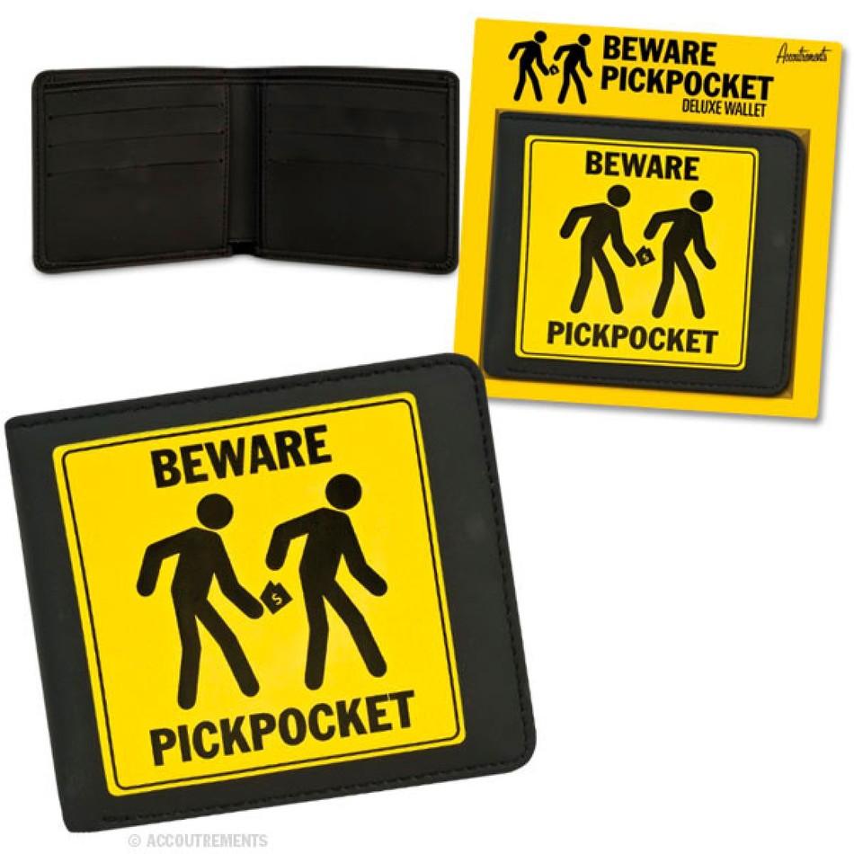 1. Значок «Остерегайтесь карманников». Как мы уже говорили, карманники должны понимать, где вы храни