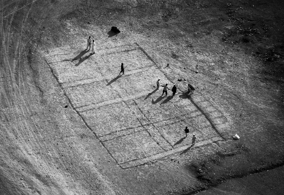 3. Вид сверху на играющих в футбол афганцев 20 января. (AP / Kevin Frayer)