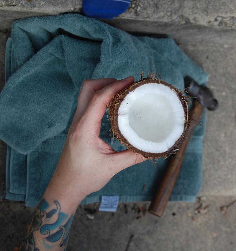 Жители Бангладеш при похмелье рекомендуют пить кокосовую воду. В ней много калия и других полезных в