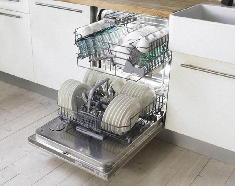 6. Посудомоечная машина. Недосчитавшись нескольких тарелок из своего любимого фарфорового сервиза, Д