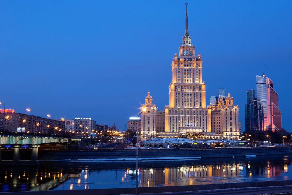 Москва. Высотное здание на берегу Москва-реки.