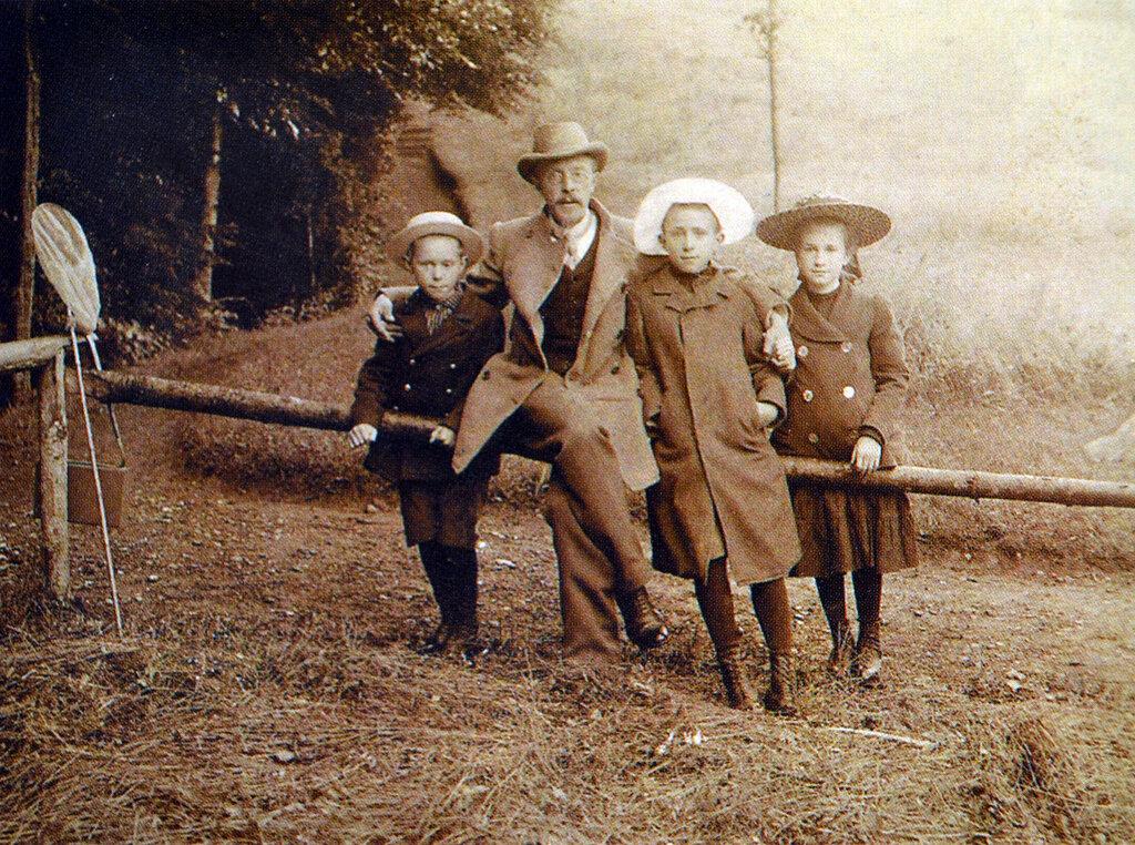 1900_Family.jpg