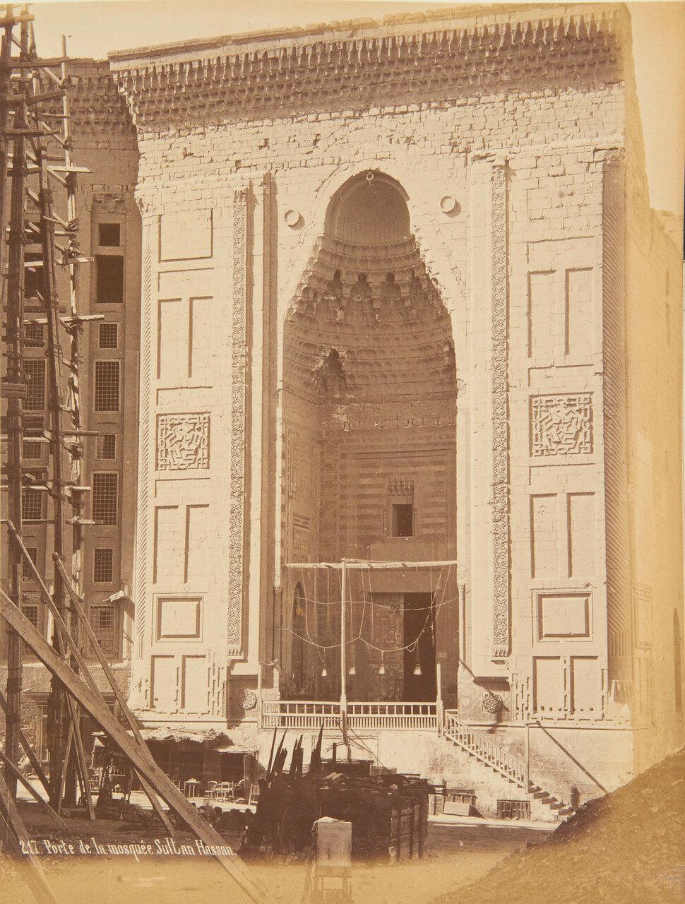 Каир. Мечеть султана Хасана в Каире, с куполом и двумя минаретами