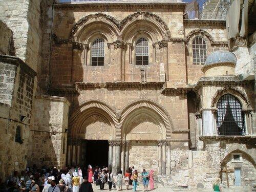 У входа в Храм Гроба Господня