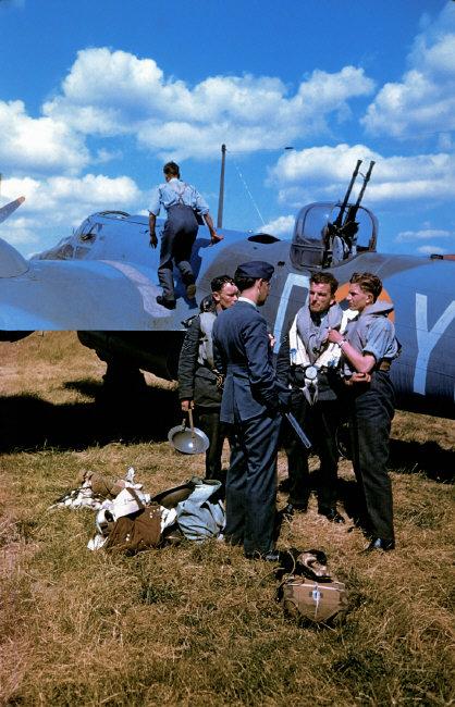 Wonderful Colour Photographs of World War II by Robert Capa (45).jpg