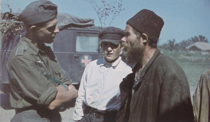 nemeckij_soldat_s_mirnimi_zjiteljami_1942.a0p8vyyg2m0w8g4sgcc88skow.ejcuplo1l0oo0sk8c40s8osc4.th.jpeg