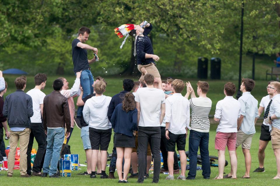 Тысячи студентов Кембриджа устроили пьянку в парке семейного отдыха