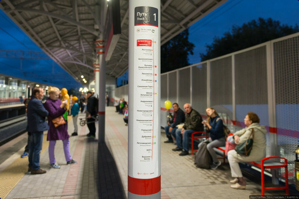 На платформах также развешаны списки станций данного направления