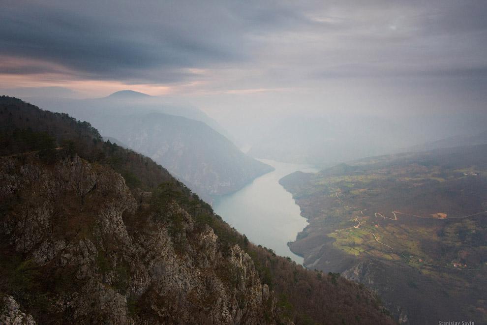 37. С Баньской стены открывается вид на каньон реки Дрины, по которой проходит граница Сербии и