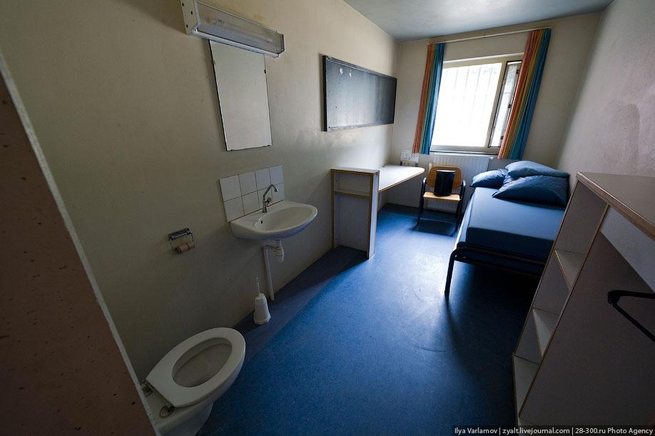 24. В каждой комнате есть радио, ТВ-розетка и связь с охраной. За телевизор нужно платить - 6 евро в