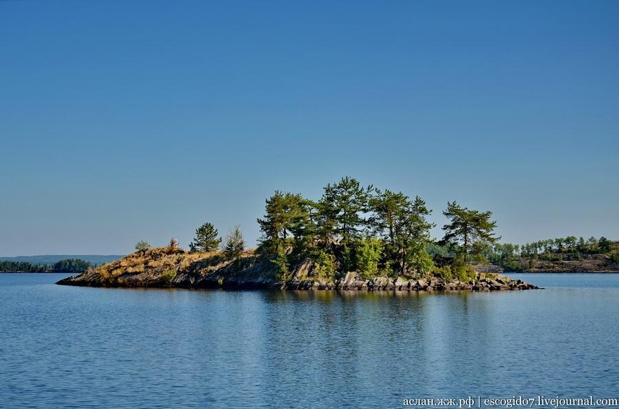 7. Онежское озеро, если посмотреть на карте, испещрено различными островками, на которых есть озера,