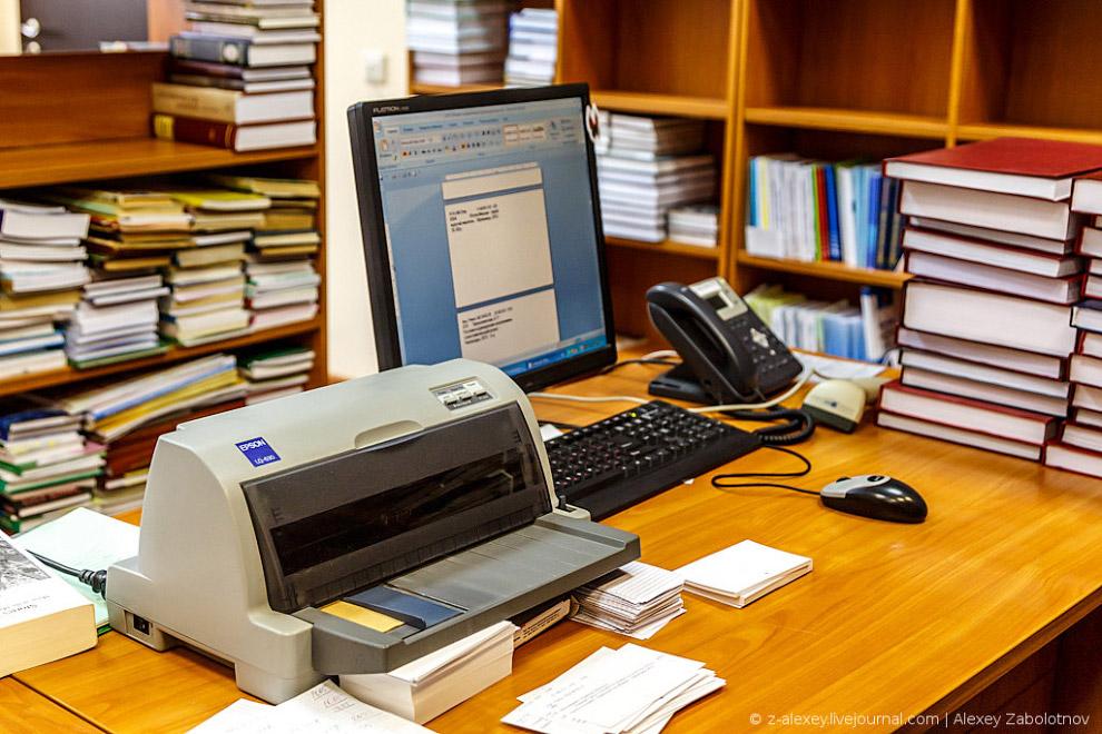 Библиотечная карточка содержит нужную информацию по книге, в обязательном порядке содержит нужн