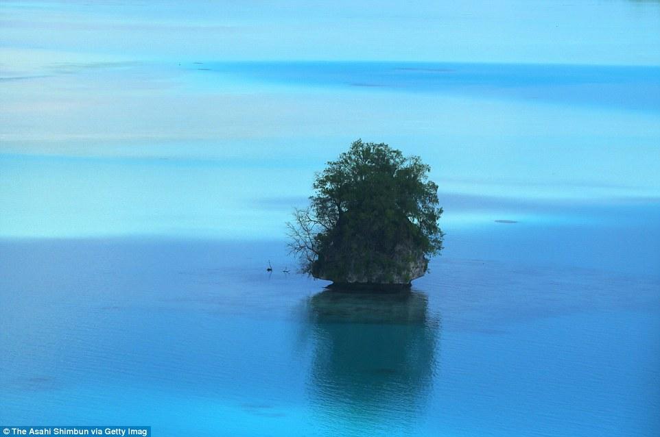 Вид сверху на один из Скалистых островов Палау.