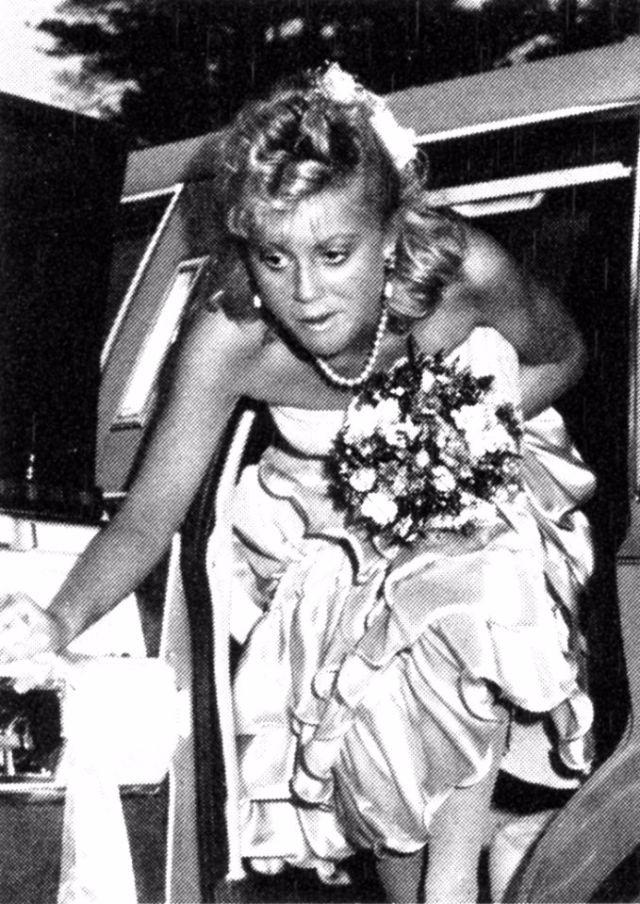 Будущая актриса Эми Полер на свой выпускной в 1989 году надела наряд, напоминающий неудачное свадебн