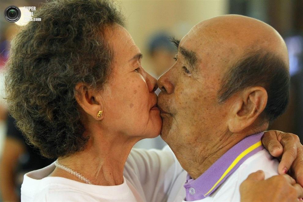 Престарелая пара тоже решила поучаствовать.(REUTERS/Chaiwat Subprasom) Читайте также: День, ко
