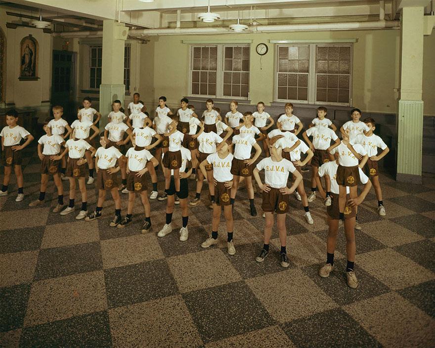 Польская художница вдоволь поиздевалась над старыми американскими фотографиями… и улучшила их