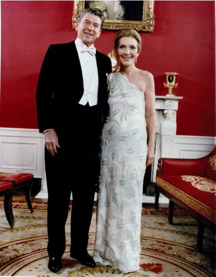 1981 год. Нэнси Рейган в платье Джеймса Галаноса из шелкового атласа. Жену нового президента америка