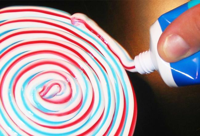 © bradleypjohnson  Вынезадумывались, почему классическая зубная паста имеет полоски изтрех