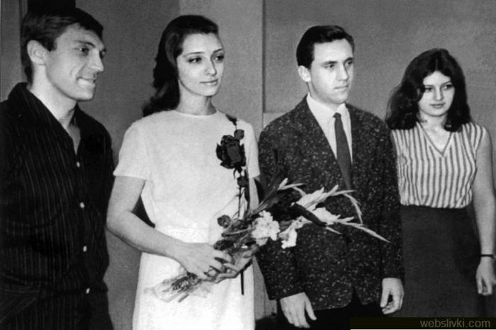 С актрисой Людмилой Абрамовой Высоцкий познакомился на съемках фильма «713-й просит посадку», спустя