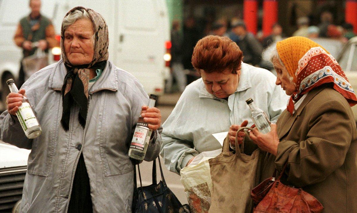 Пенсионеры продают дешевую водку в центре Москвы, сентябрь 1998 года.